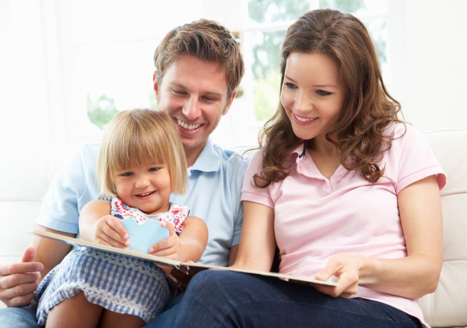 rodzice pomagają dziecku z mutyzmem wybiórczym